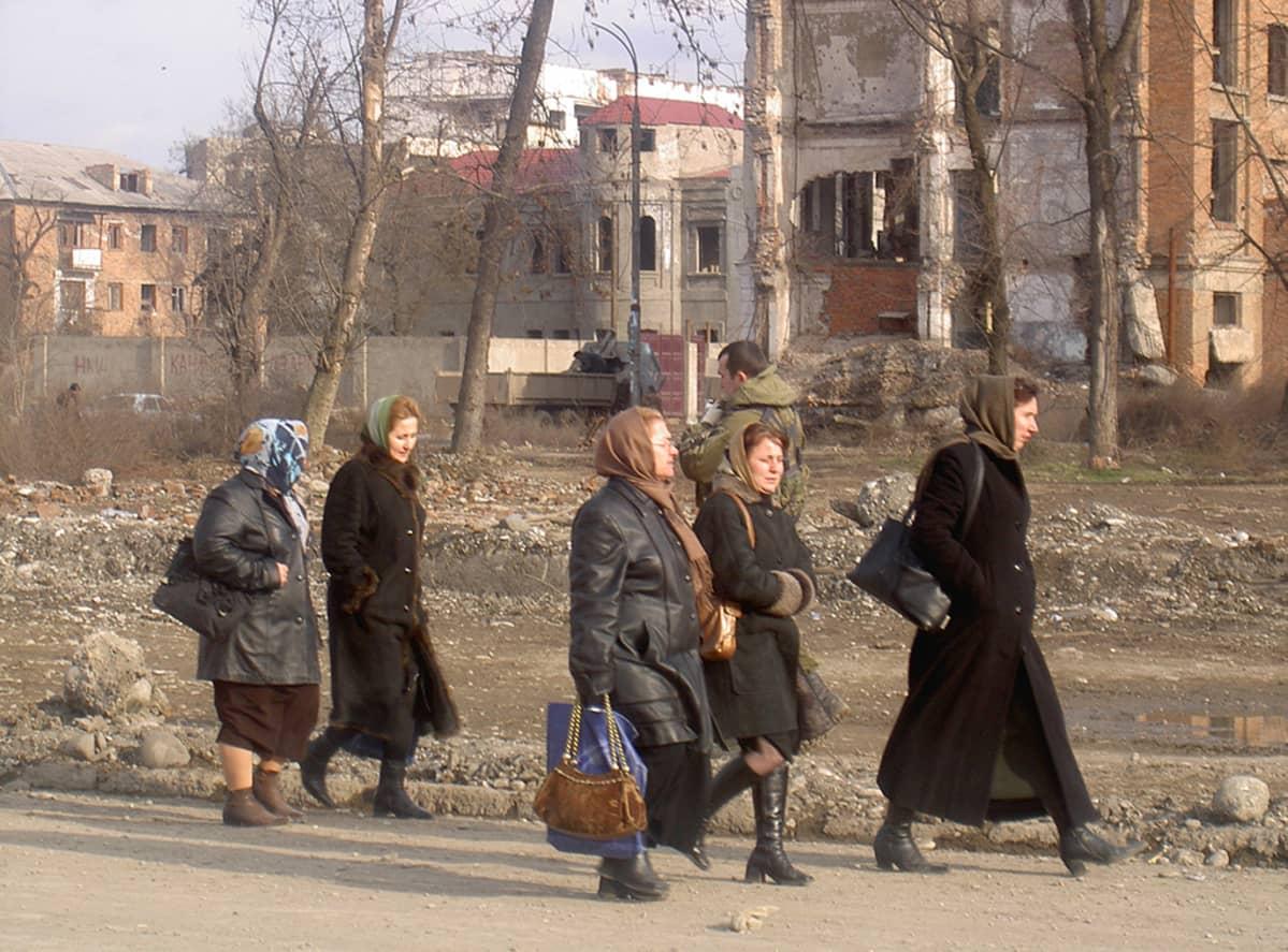 Naisia kaupungilla 2004