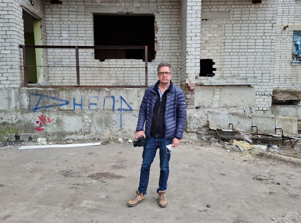 Ylen ulkomaantoimittaja Antti Kuronen Itä-Ukrainassa Avdijivkan kaupungissa. 11.4.2021.