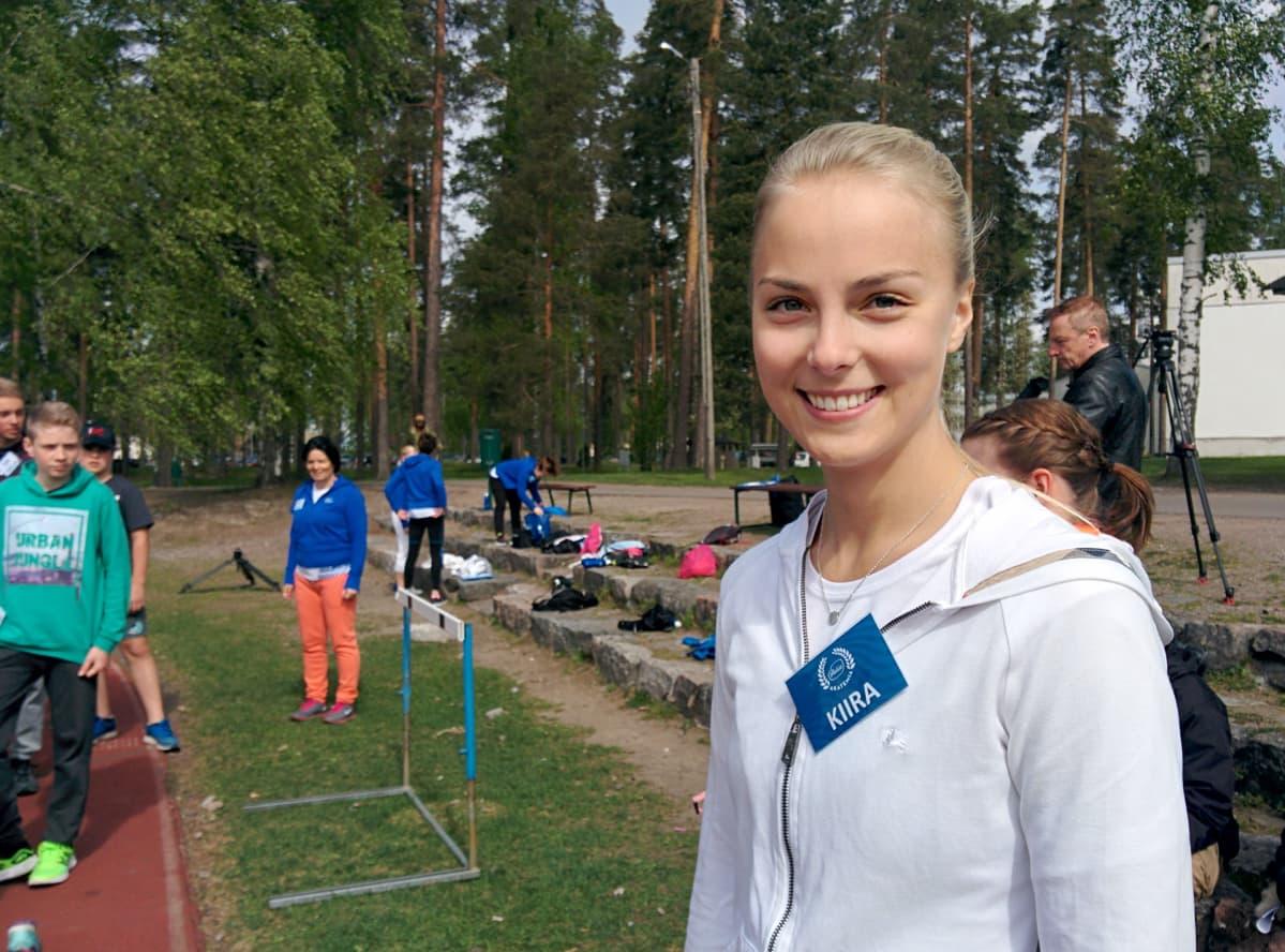 Kiira Korpi hymyilee kameralle Vierumäen urheilukentällä liikuntaleirillä