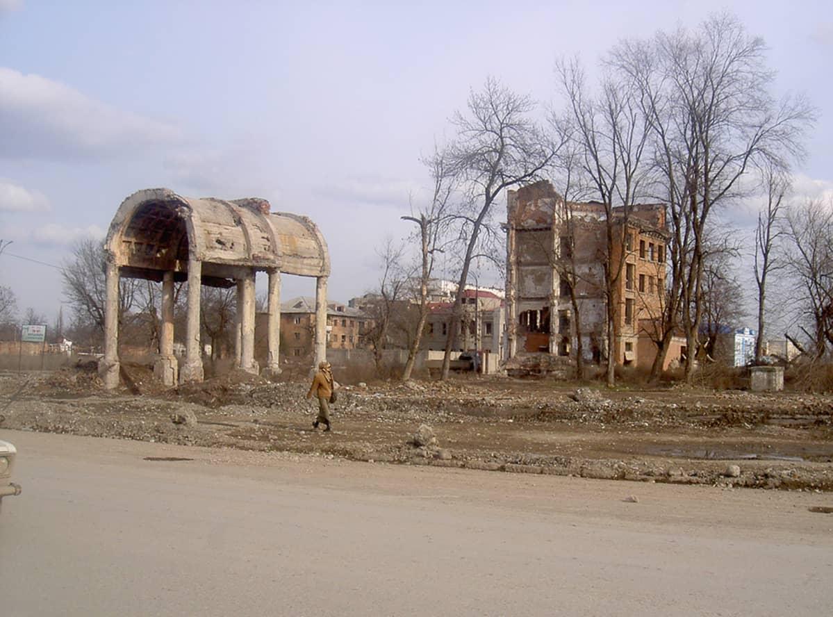 Kauppakeskuksen rauniot Groznyn keskustassa