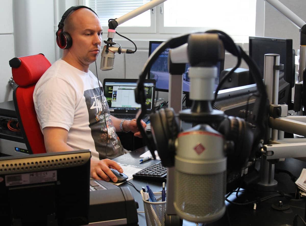 Juontaja radiostudiossa.
