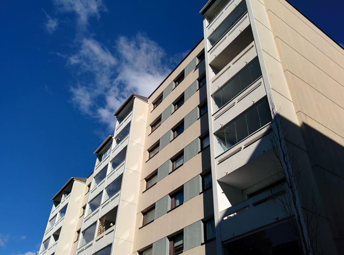 Vuonna 1978 valmistunut Espoon Keskuksessa sijaitseva elementtitalo. Kuvassa näkyy parvekkeellinen julkisivu ja toinen pääty.