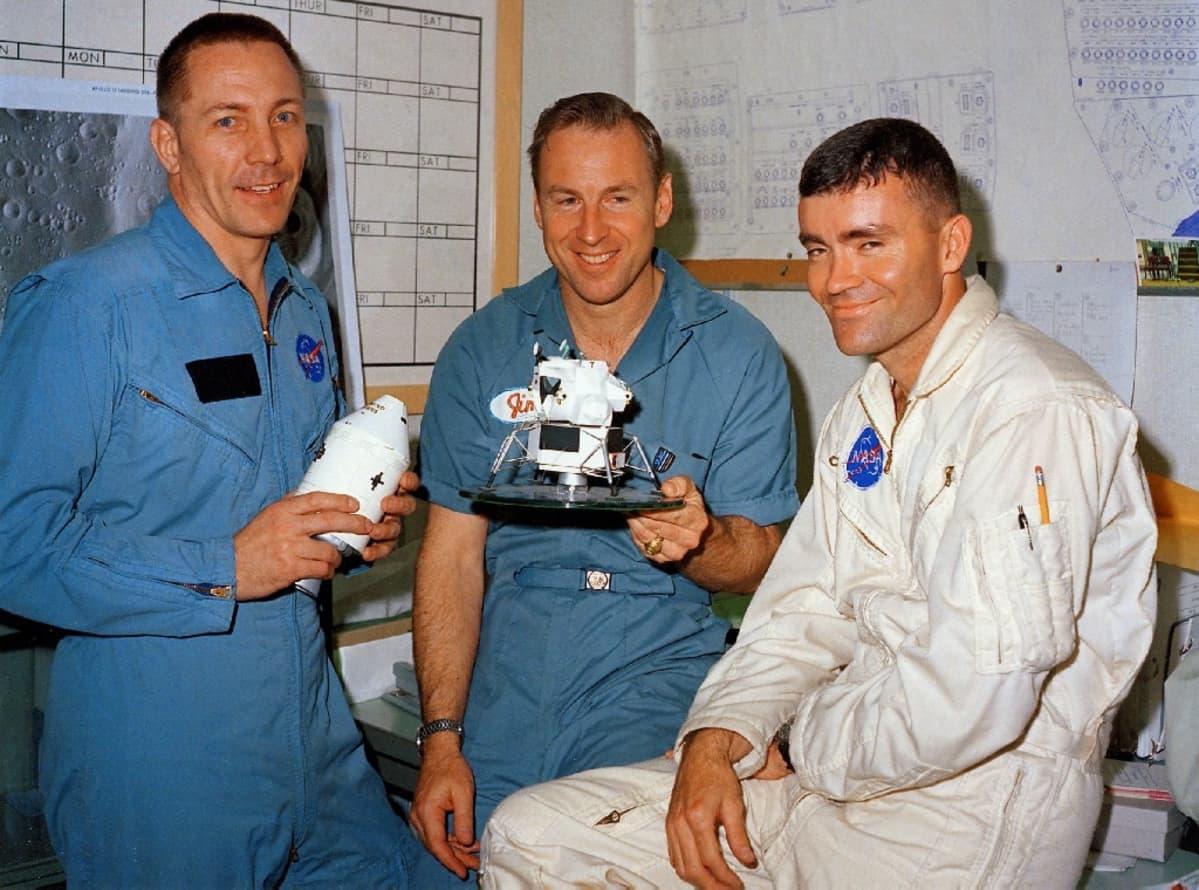 Kolme astronauttia Nasan haalareissa, Haise ja Swigert pitelevät Apollo 13:n pienoismallia.