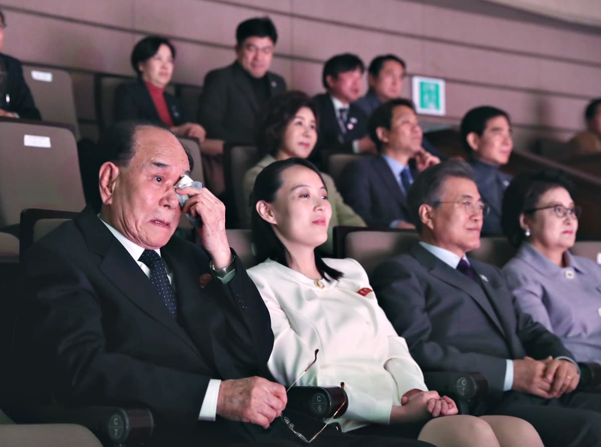 Pohjois-Korean parlamentin johtaja Kim Yong-nam (vas.), sisko Kim Yo-jong ja Etelä-Korean presidentti Moon Jae-in.