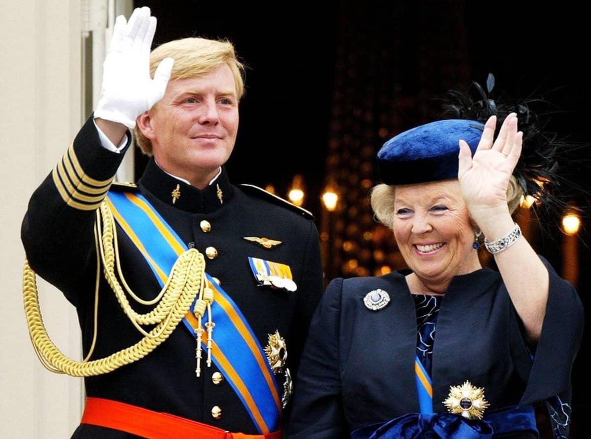 Willem-Alexander ja Beatrix vilkuttavat parvekkeelta.