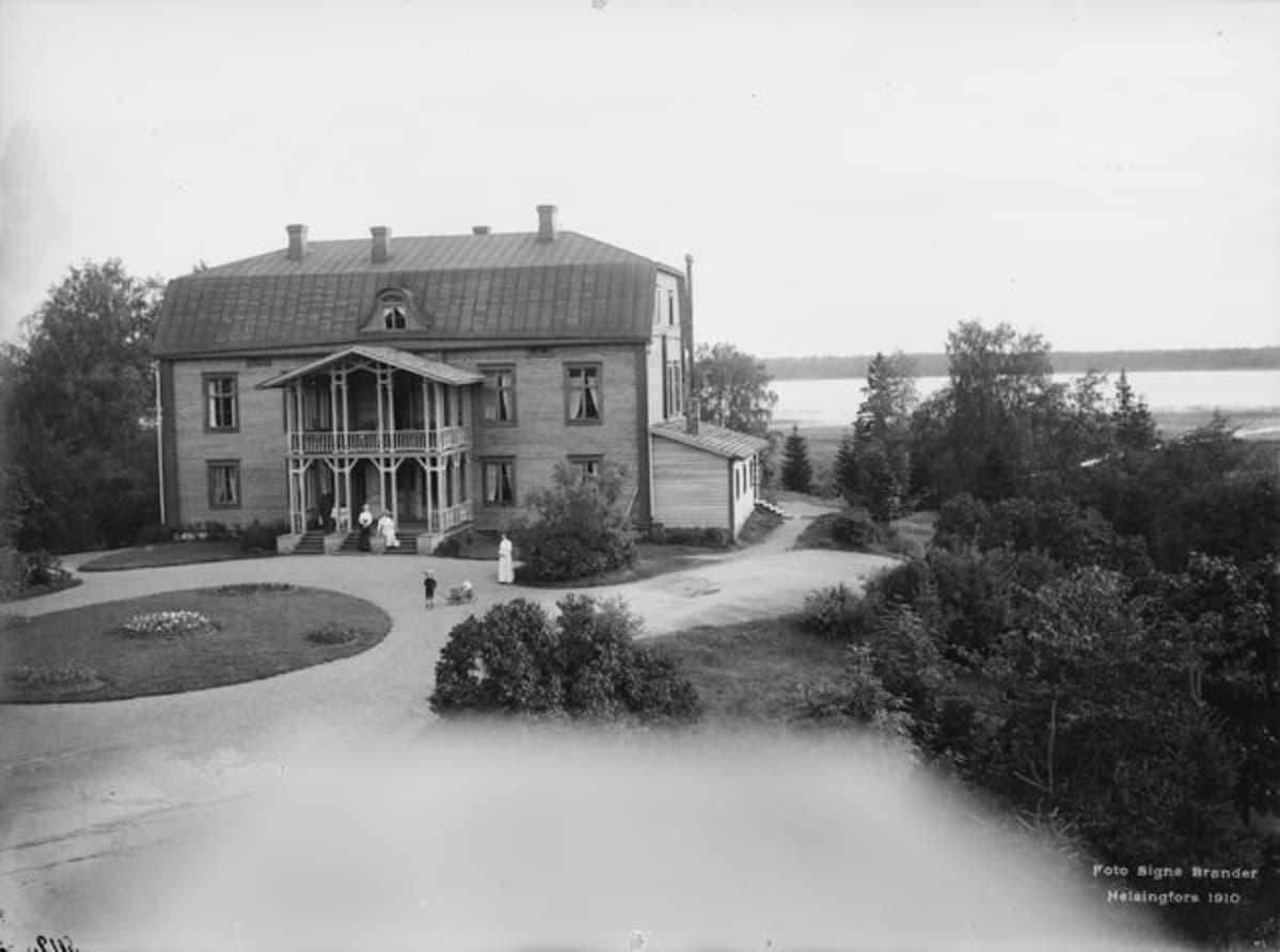 Kuva vuodelta 1910 Wredebyn kartanon päärakennuksesta