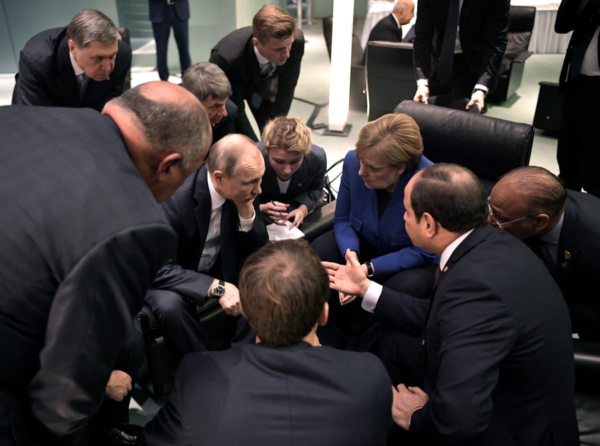 Vladimir Putin ja Angela Merkel keskustelevat Berliinissä.