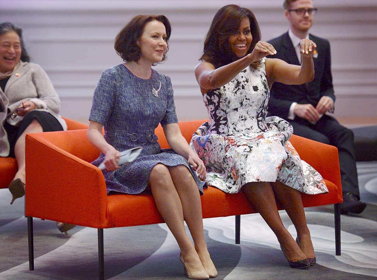 Rouva Jenni Haukio ja rouva Michelle Obama seuraavat lasten tanssiesitystä amerikkalaista taidetta ja käsitöitä esittelevässä Renwick-galleriassa Washingtonissa 13. toukokuuta 2016.