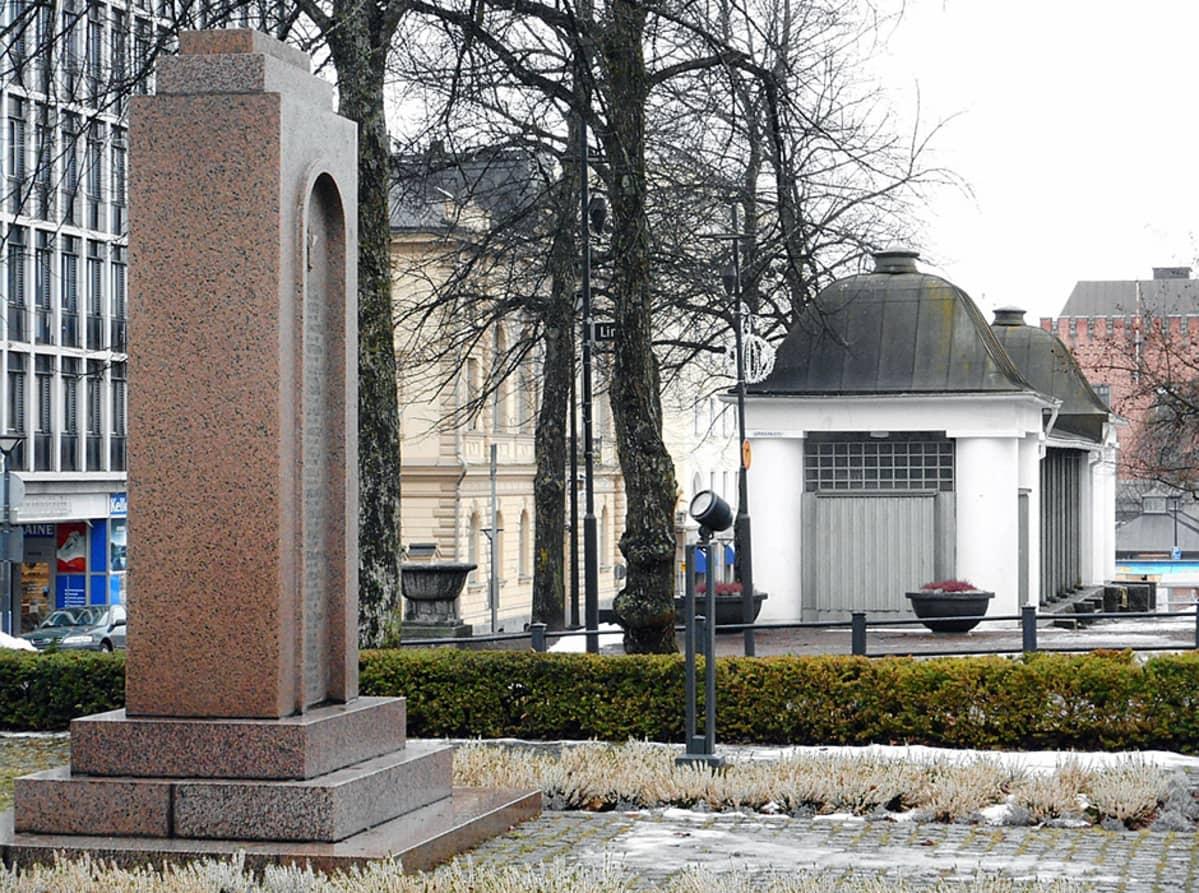 Muistomerkki Hämeenlinnan kirkkopuistossa