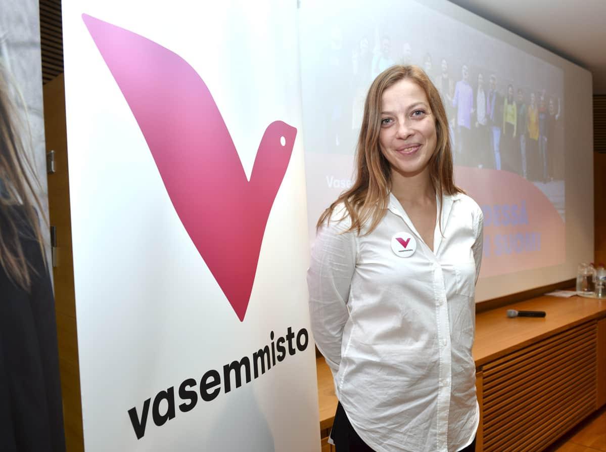 Vasemmistoliiton puheenjohtaja Li Andersson esitteli puolueen uutta visuaalista ilmettä tiedotustilaisuudessa