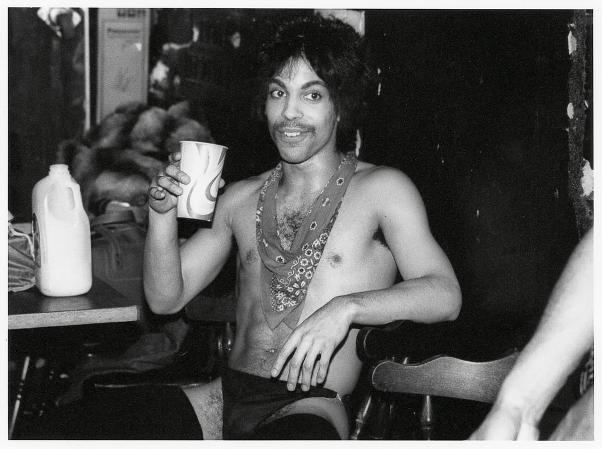 Prince siemailee appelsiinimehua Dirty Mind -kiertueen keikan takahuoneessa vuonna 1981.