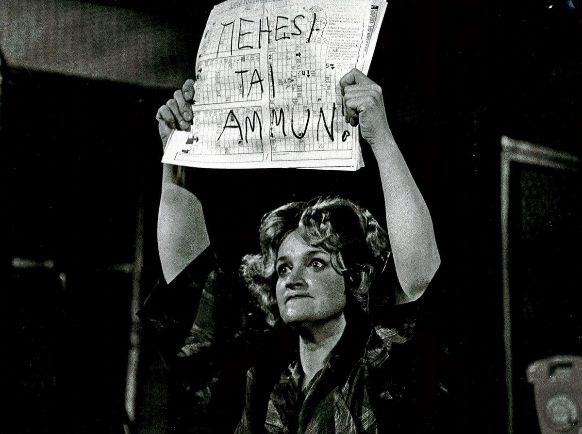 Pirjo Leppänen Dario Fon Donna näytelmässä.