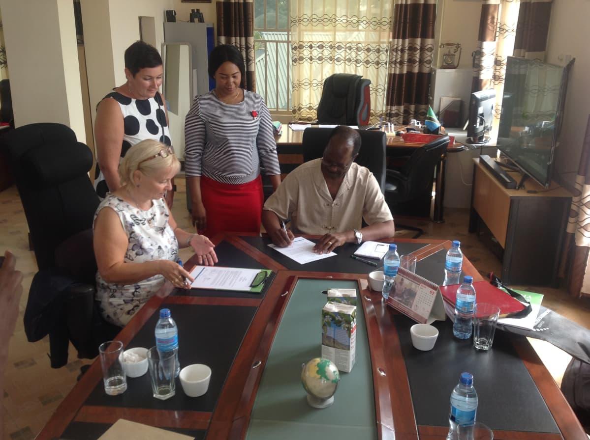 Yhteistyösopimuksen allekirjoittaminen Tansaniassa.