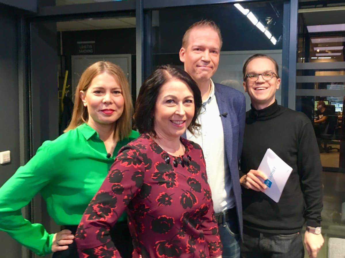 Keskustelun vieraina olivat viestintäkonsultti Riikka Kämppi (edessä) ja toimittaja Matti Rämö (takana). Sen juonsivat Heli Suominen ja Ville Seuri.