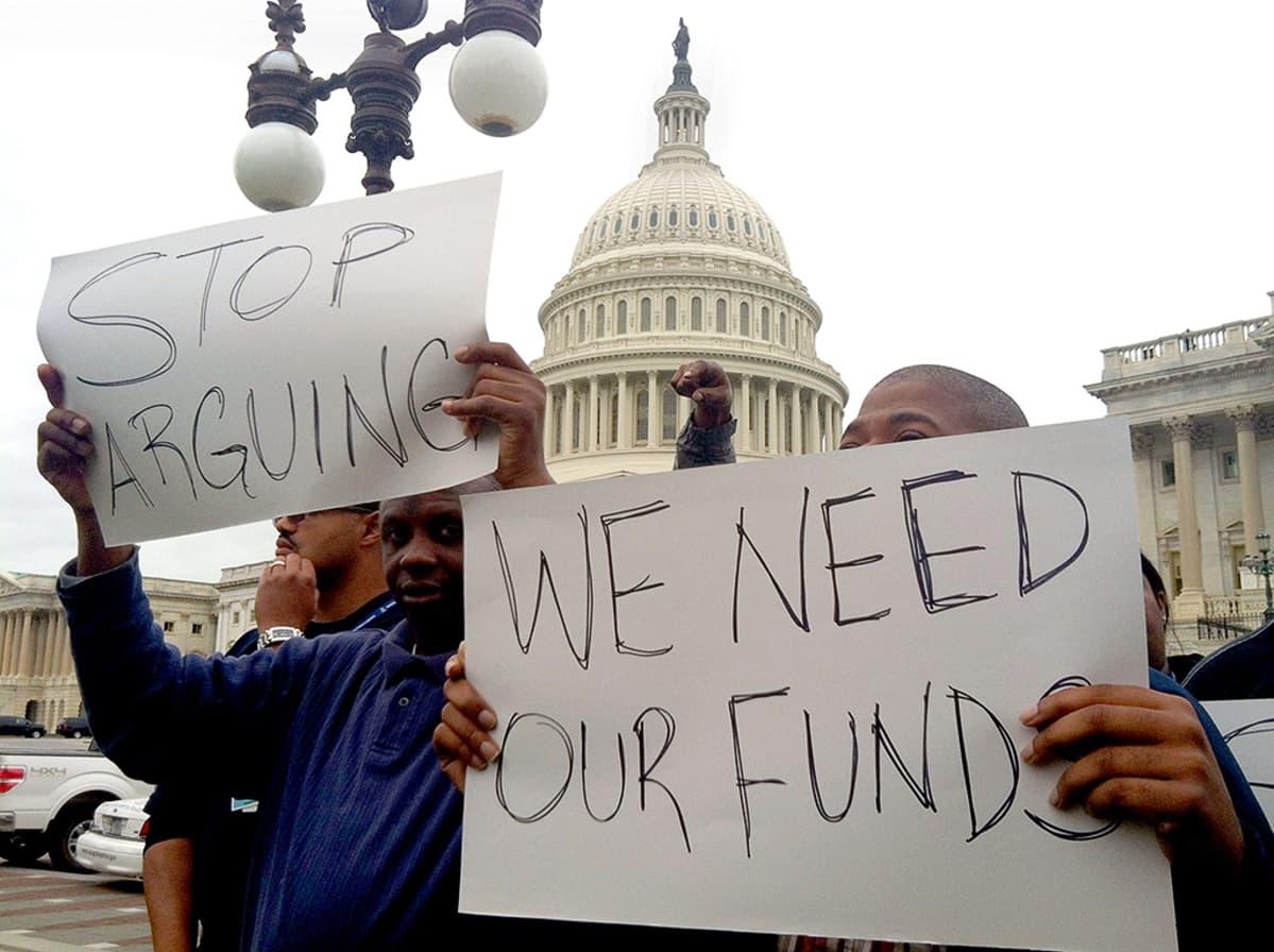 Mielenosoittajat vaativat kongressia sopimaan budjettiriidan Capitol Hillin edustalla.