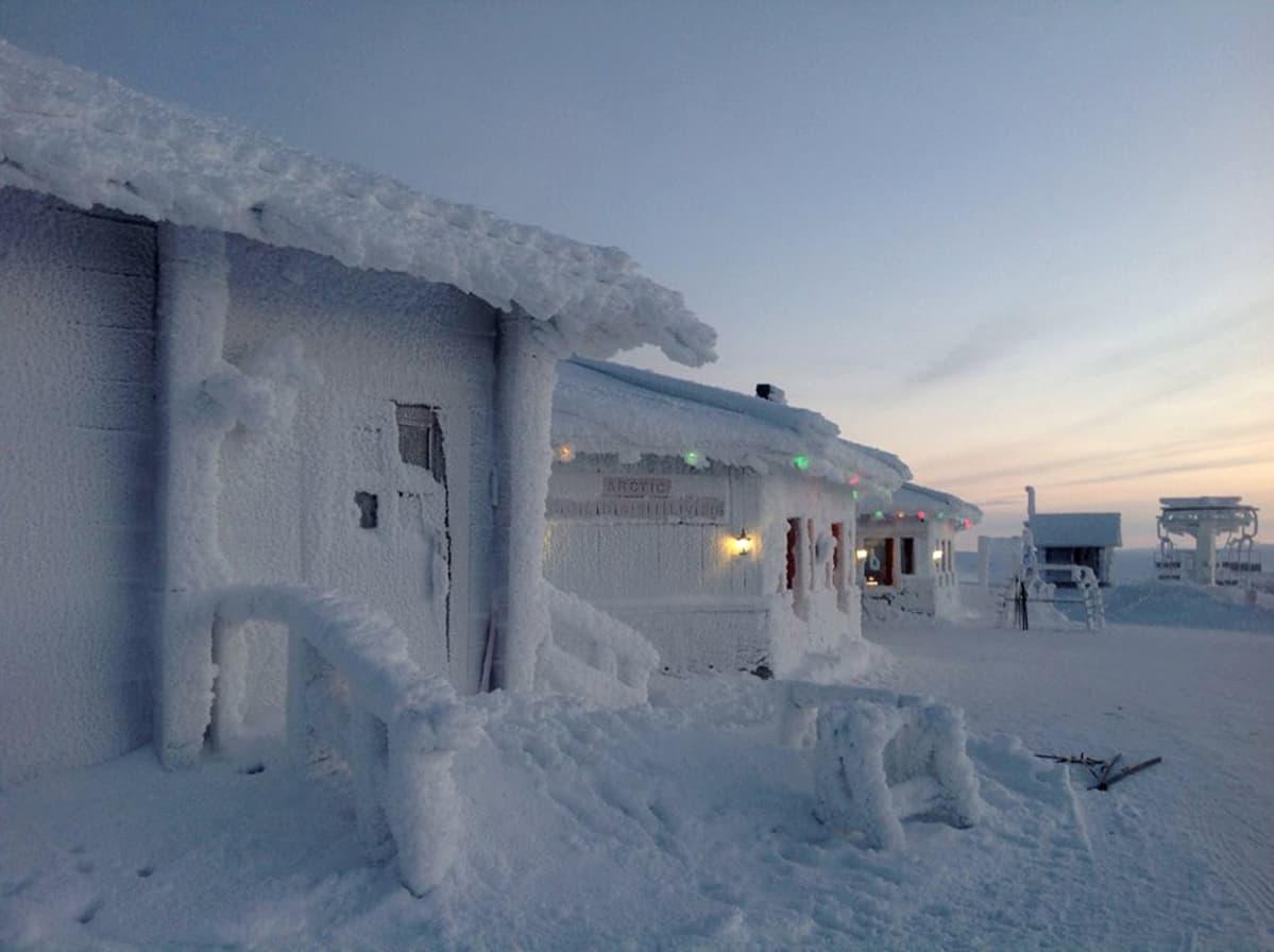 Lumen peitossa olevia rakennuksia.