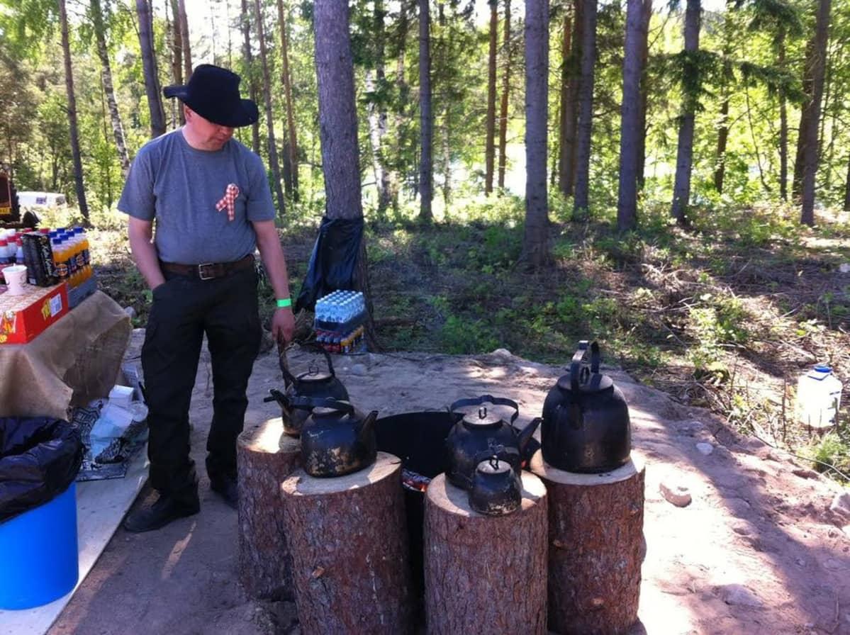 Pauli Komppula keittää nokipannukahveja.