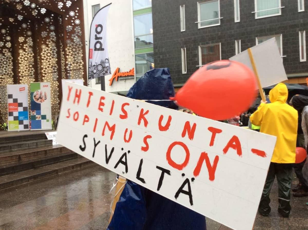 Mielenilmaus keräsi Oulussa tuhatkunta ihmistä kaupungin keskustaan.