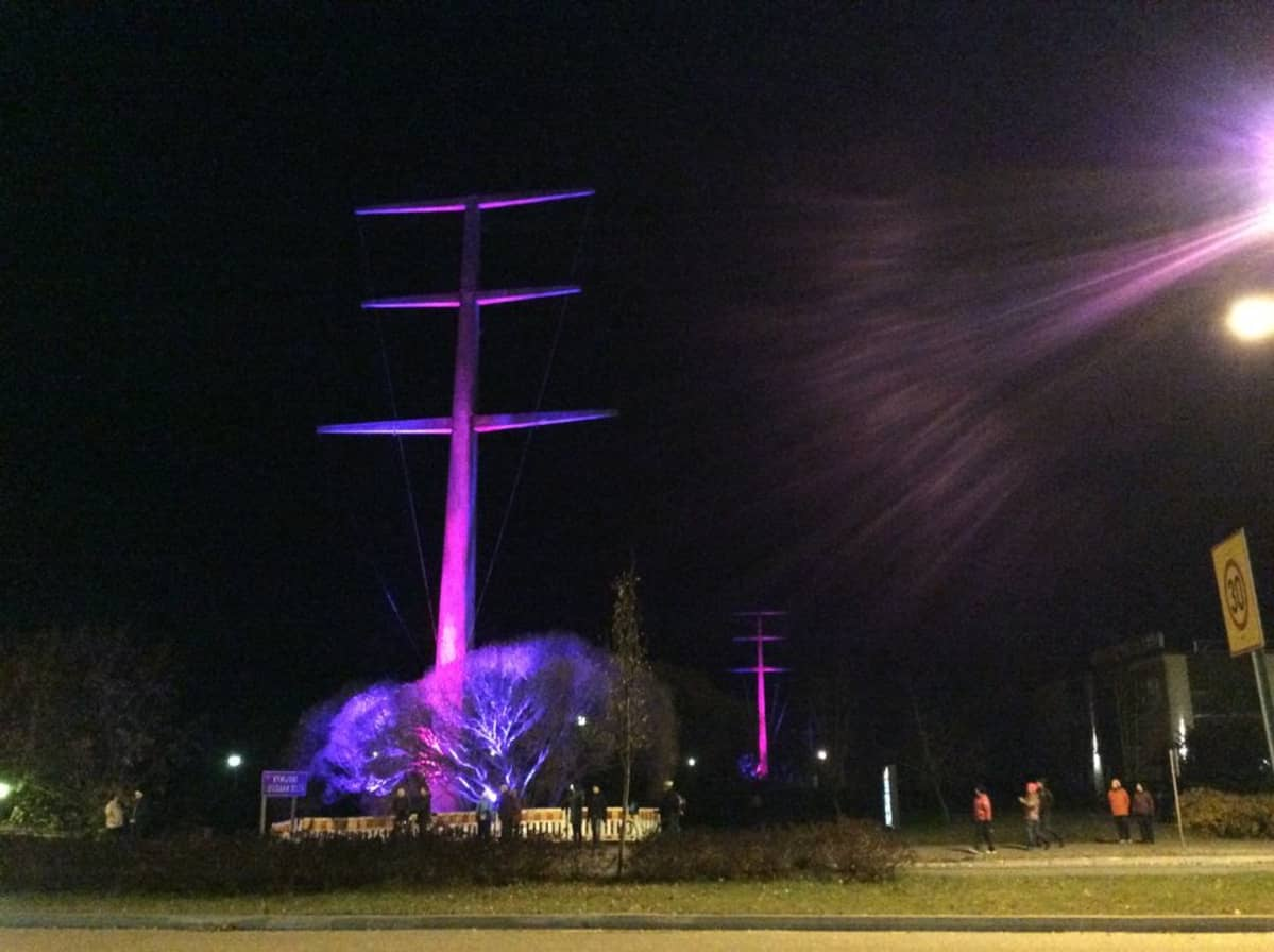 Betonipylväs violetissa valossa.