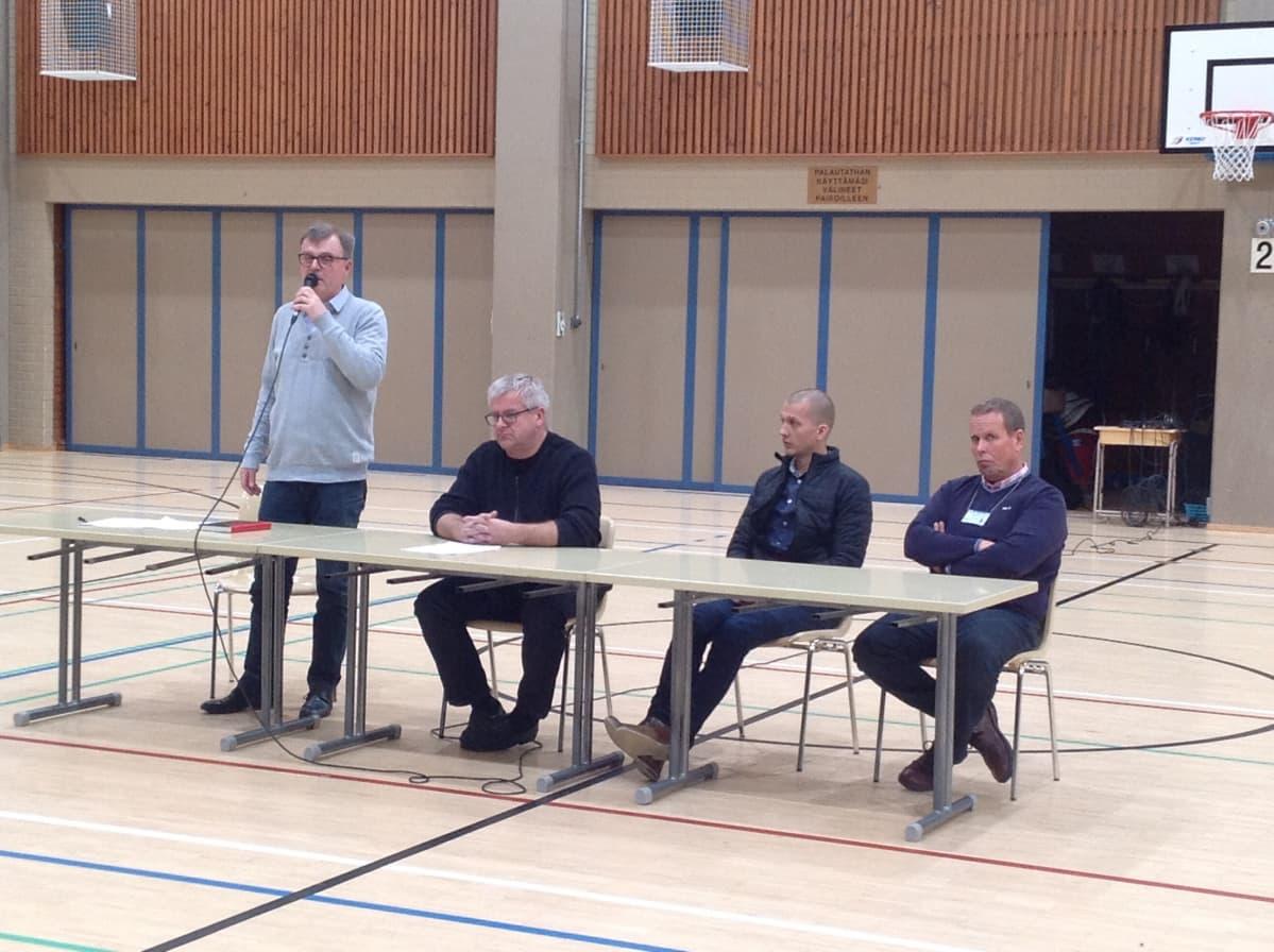 Keskustelutilaisuuden kysymyksiin vastaamassa neljä miestä