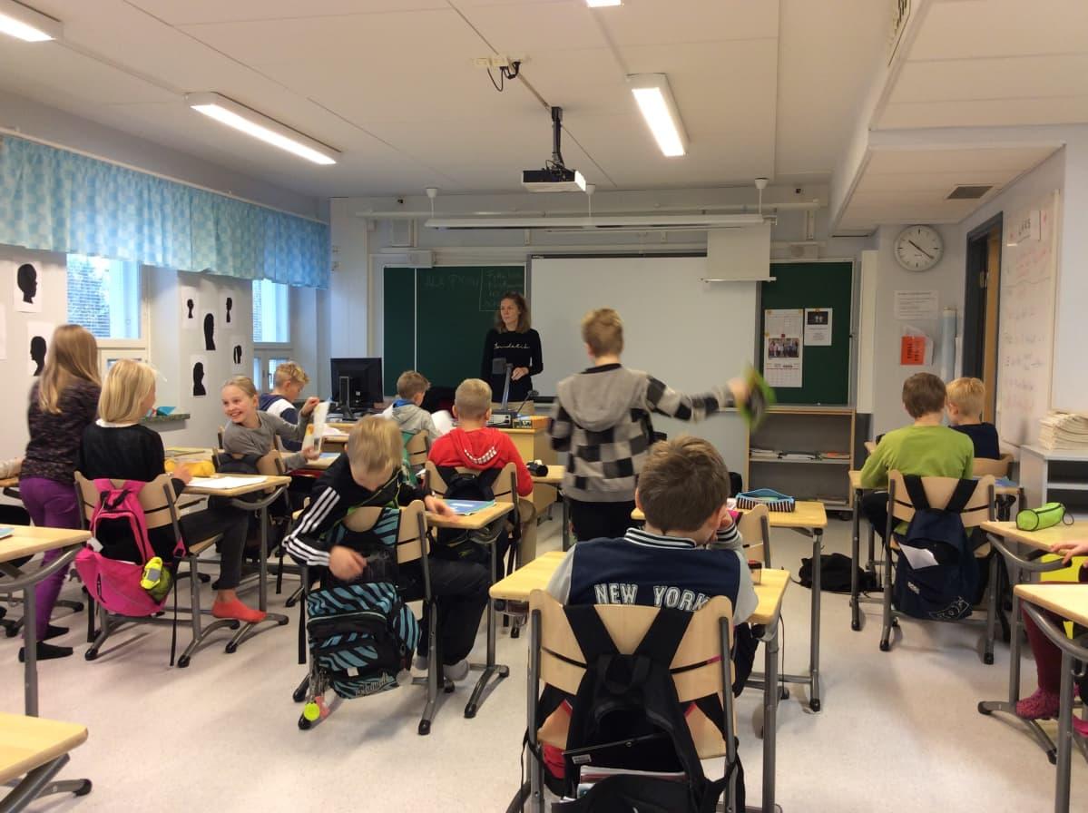 """Metsäkylän koulun 5. luokan oma luokkahuone """"Tiilikoulun"""" ylimmässä kerroksessa."""