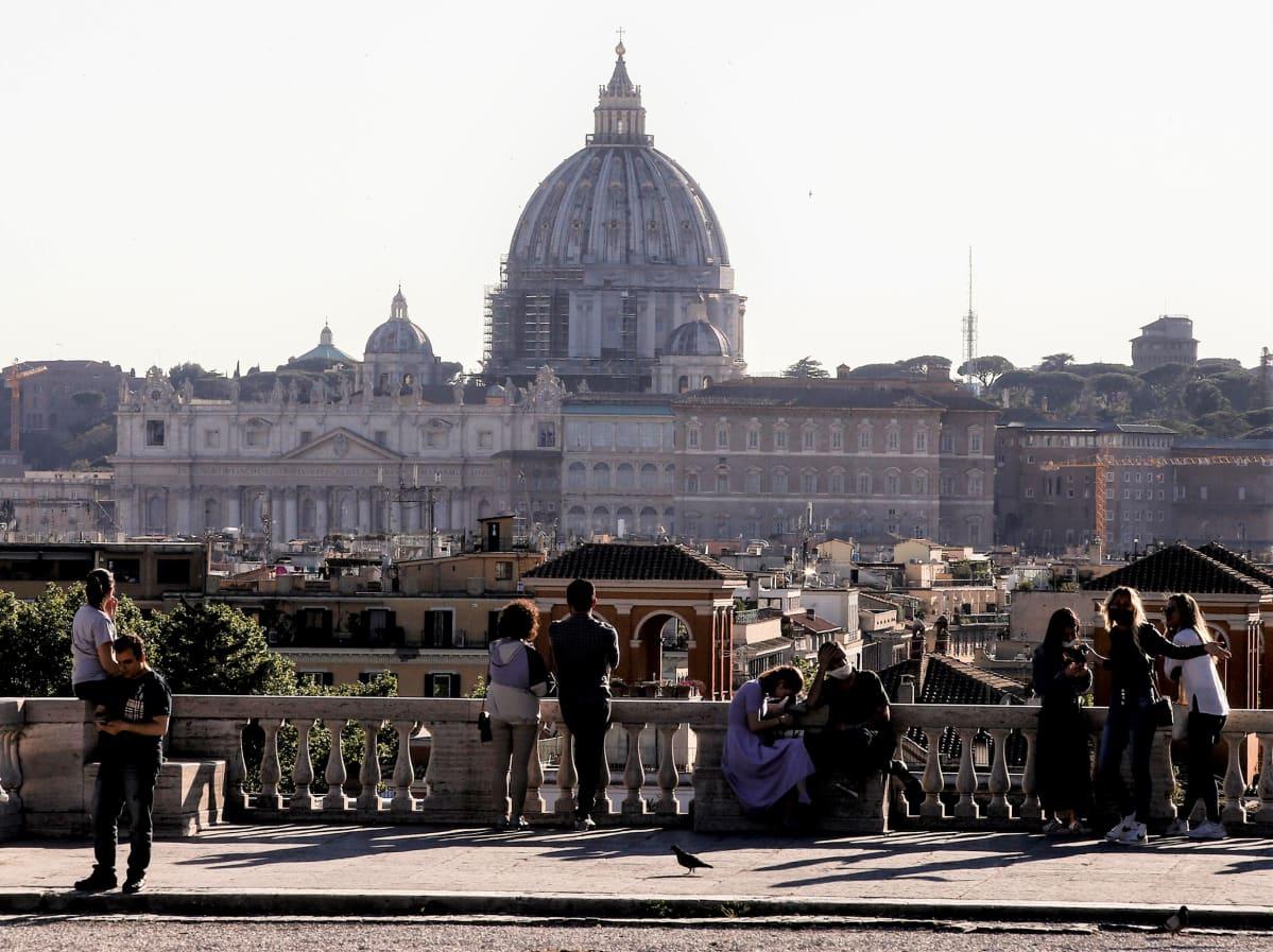 Ihmiset nauttivat aurinkoisesta päivästä Villa Borgesen puistossa Roomassa toukokuun alussa.