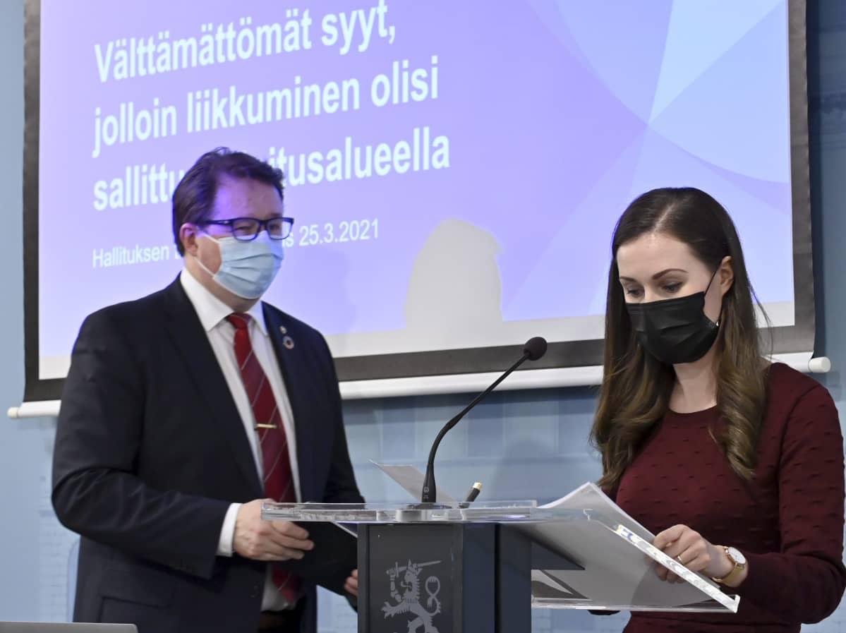 Pääministeri Sanna Marin ja johtaja Mika Salminen THL:stä hallituksen tiedotustilaisuudessa Helsingissä.