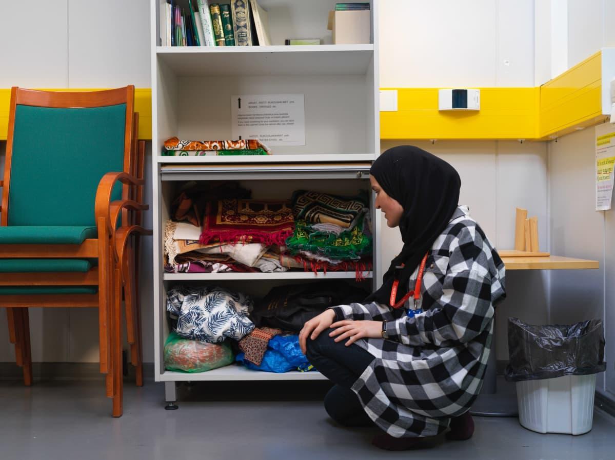 Arwa Benkherouf esittelee rukous mattoja