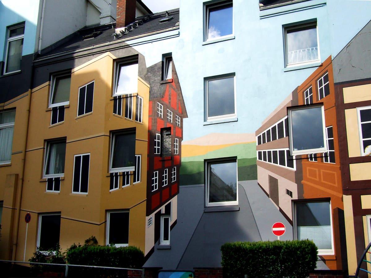 Muraalimaalaus talon seinällä Britanniassa.
