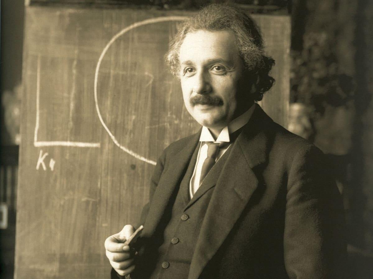 Einstein liitutaulun edessä.