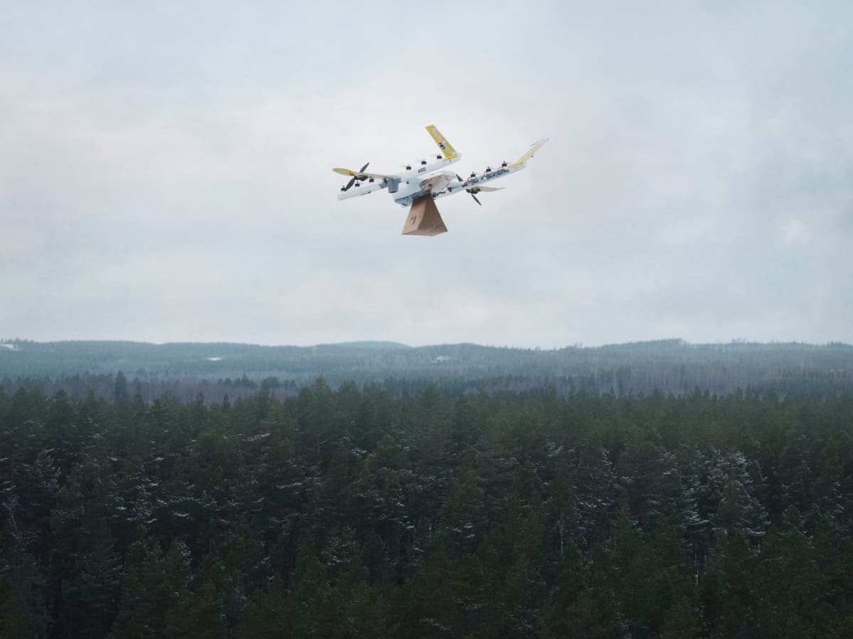 Drone kuljettaa pakettia