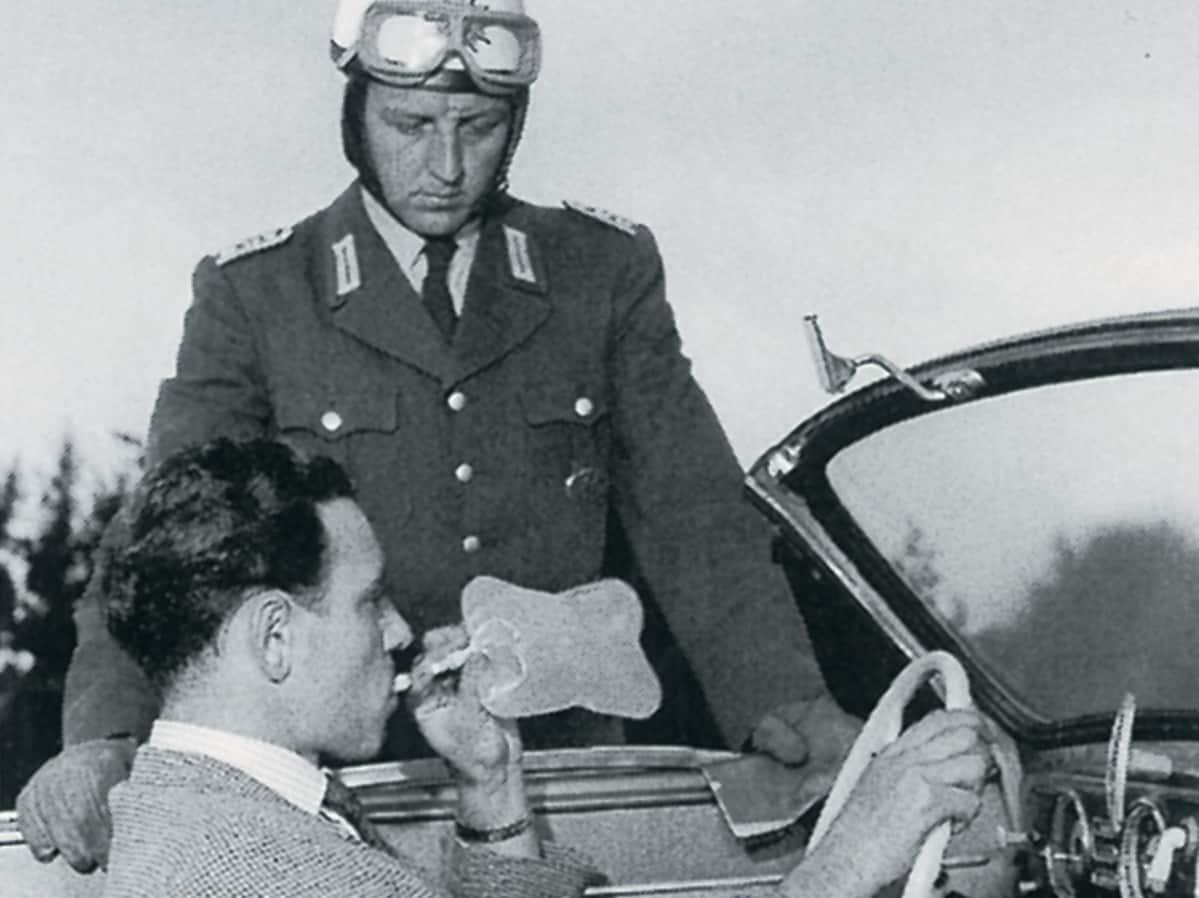 Saksalainen liikennepoliisi puhalluttamassa autoilijaa 50-luvulla Dräger-yhtiön historiallisen arkiston kuvassa.
