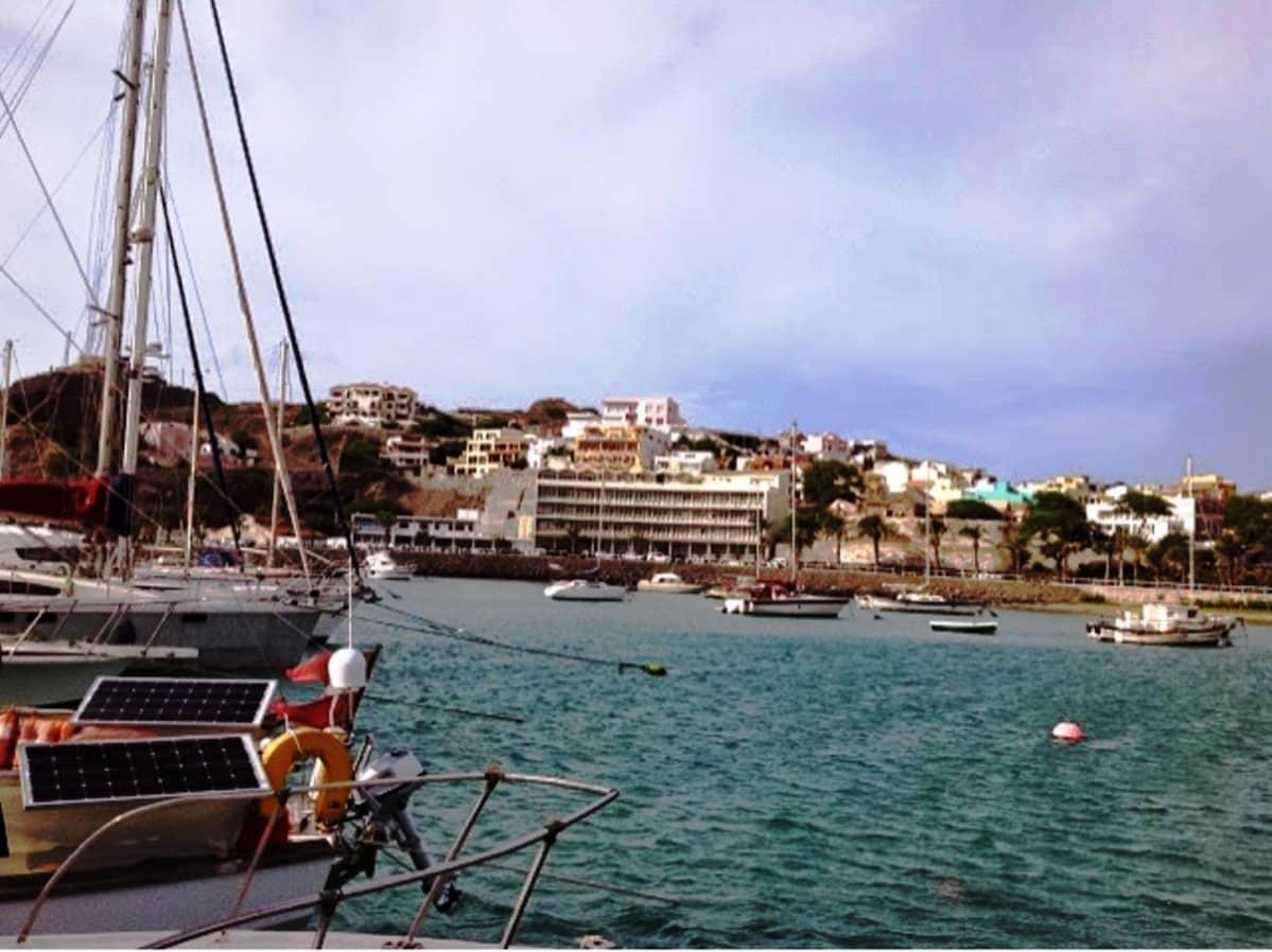 Mindelo marina Kapo Verdessä kaupunkinäkymää veneen kannelta
