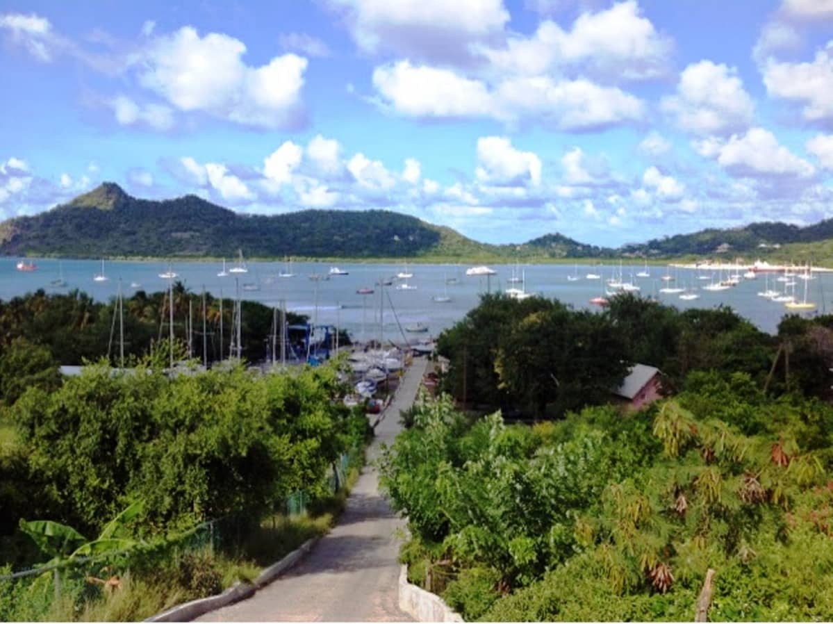 Purjeveneitä ankkurissa Karibialla Grenadan Carriacoun Tyrrel Bayssa