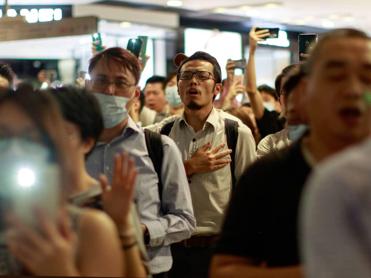 Protestihymniä laulettiin joukolla International Financial Center -tornitalon ostoskeskuksessa Hongkongissa 12. syyskuuta.