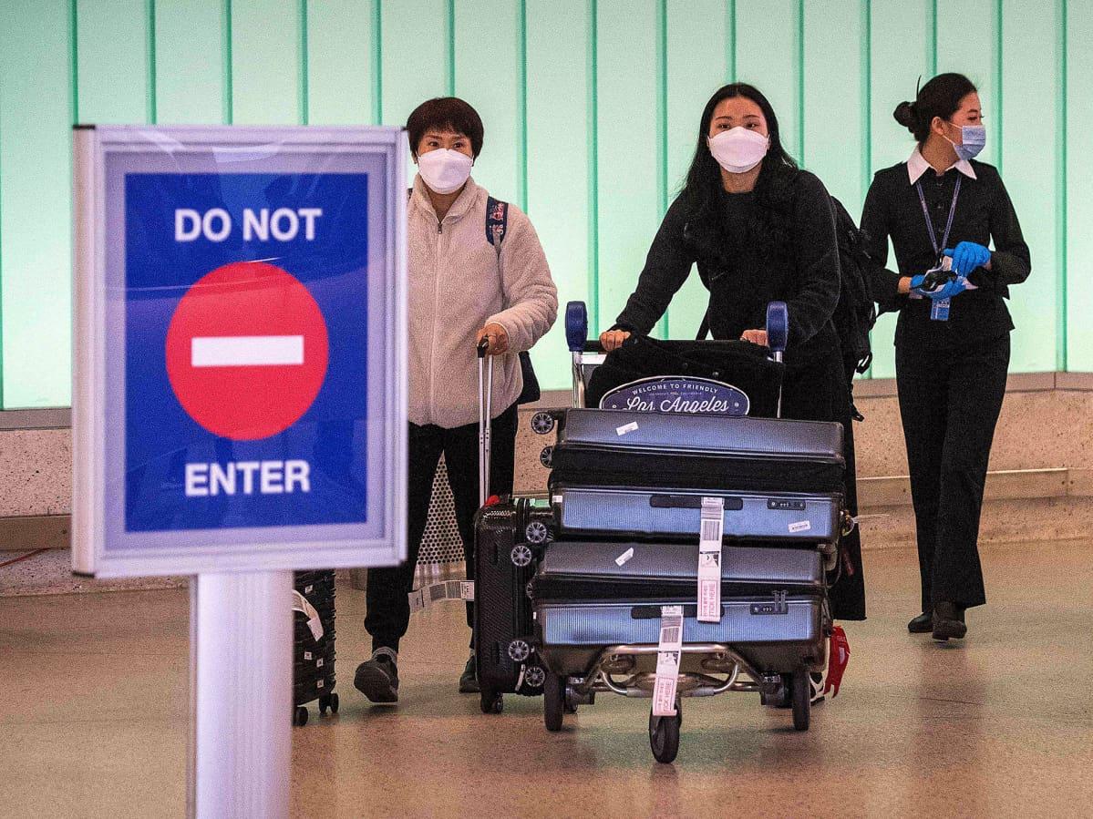 Matkustajia saapuu Los Angelesin lentokentälle 29. helmikuuta.