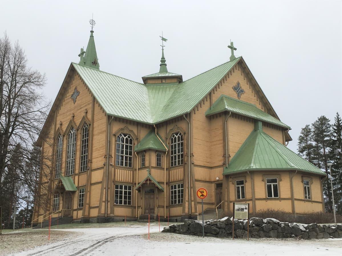 Vuosina 1890-91 rakennettu Heinäveden luterilainen kirkko sijaitsee kirkonkylän korkeimmalla mäellä.