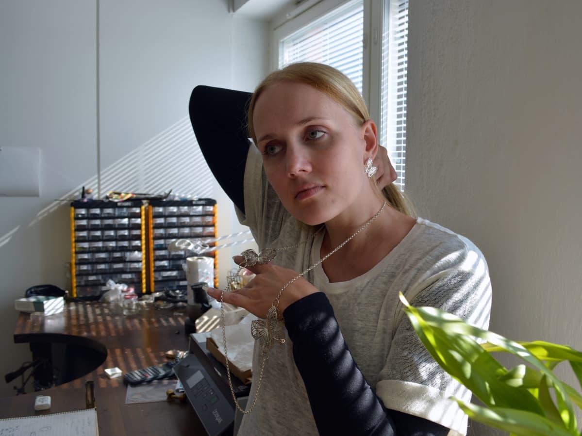 Korumuotoilija Jenni Rutonen ja hänen suunnittelemansa perhoskoru