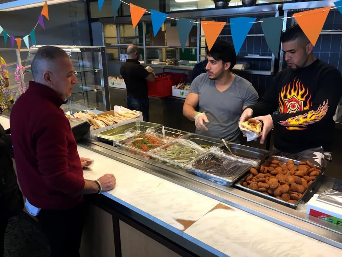 Kauhavan vastaanottokeskuksen vappubasaarissa oli tarjolla mm. falafelia.