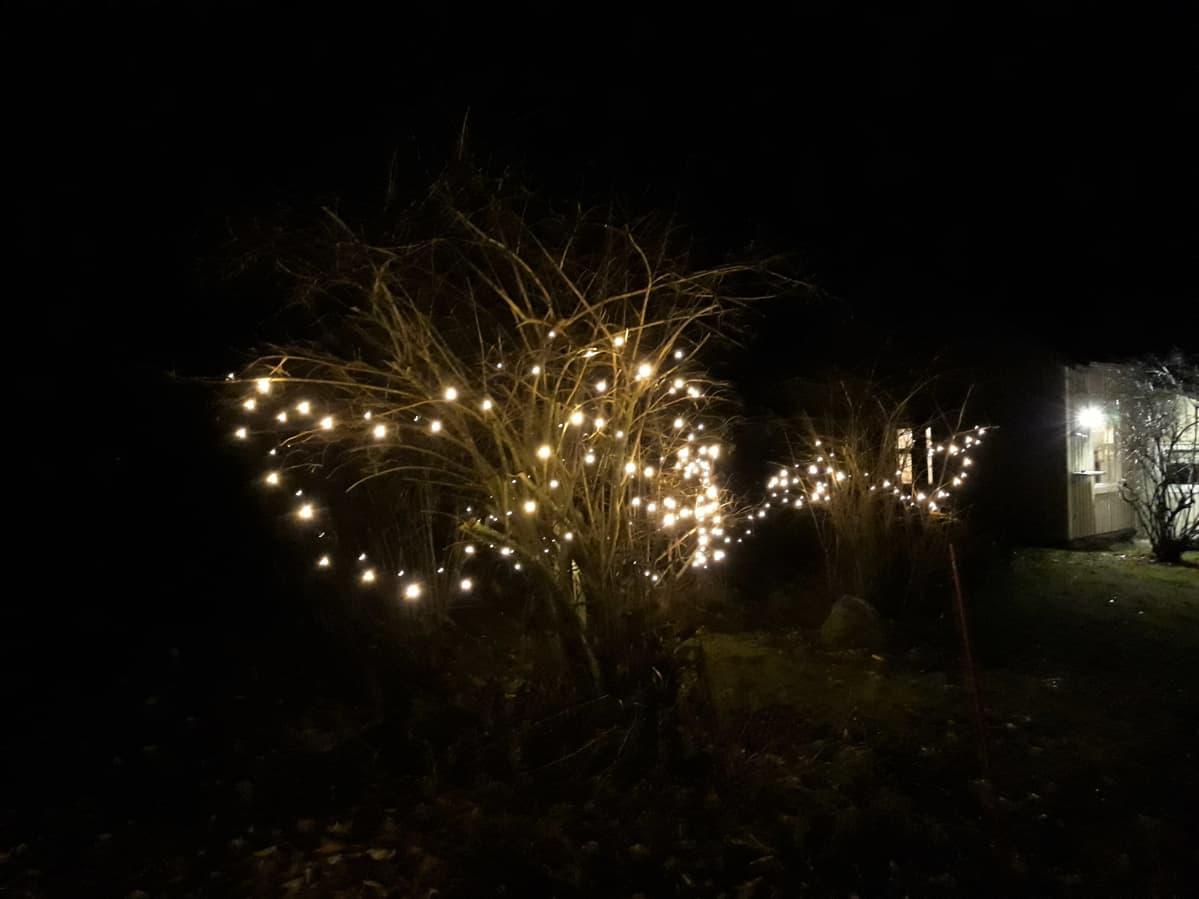 Jouluvalot palavat mökin pihassa.