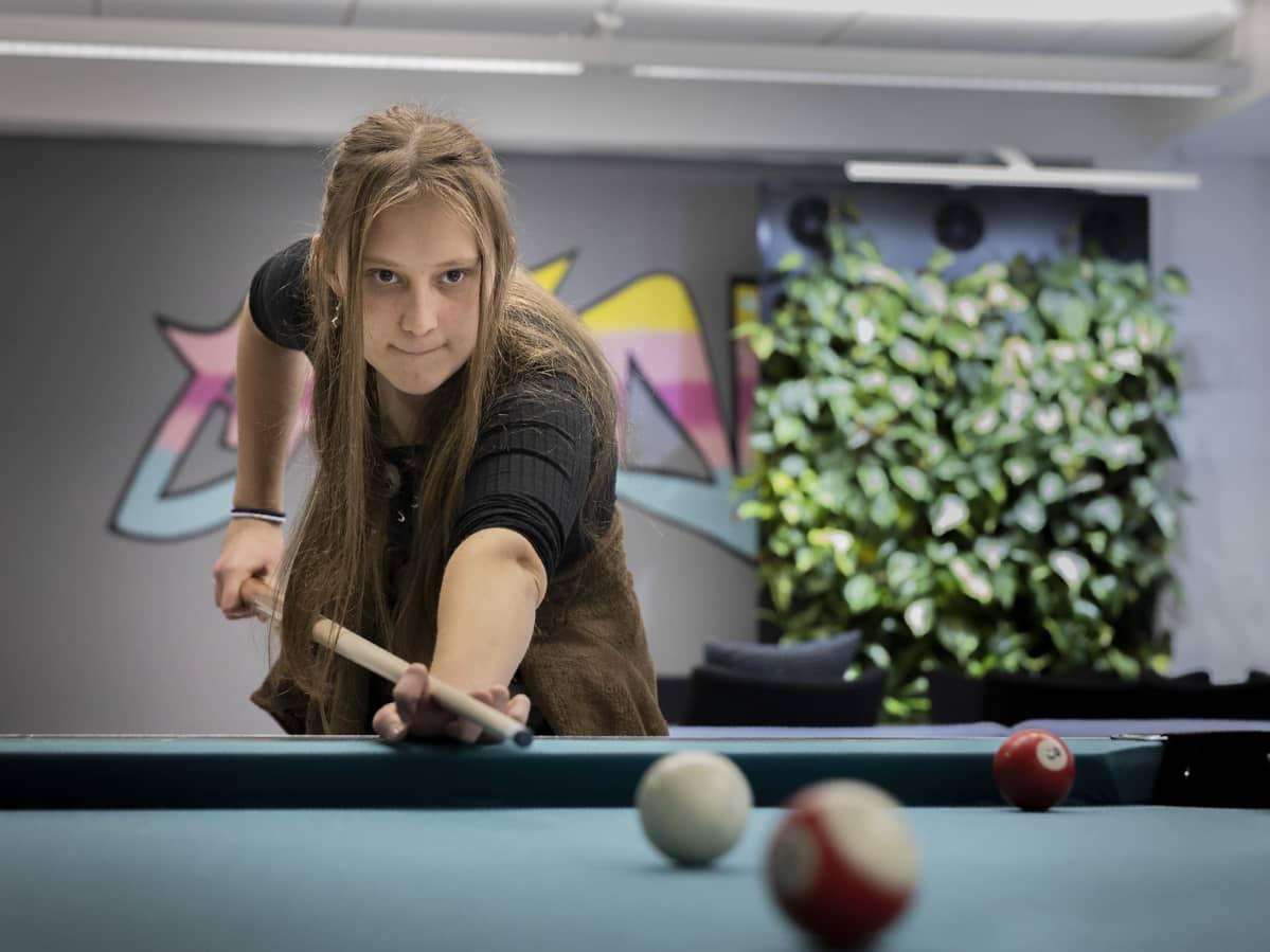 Kia Vinqvist pelaa biljardia.