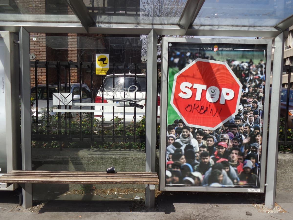 Siirtolaisia vastustava bussipysäkin mainos Unkarissa.