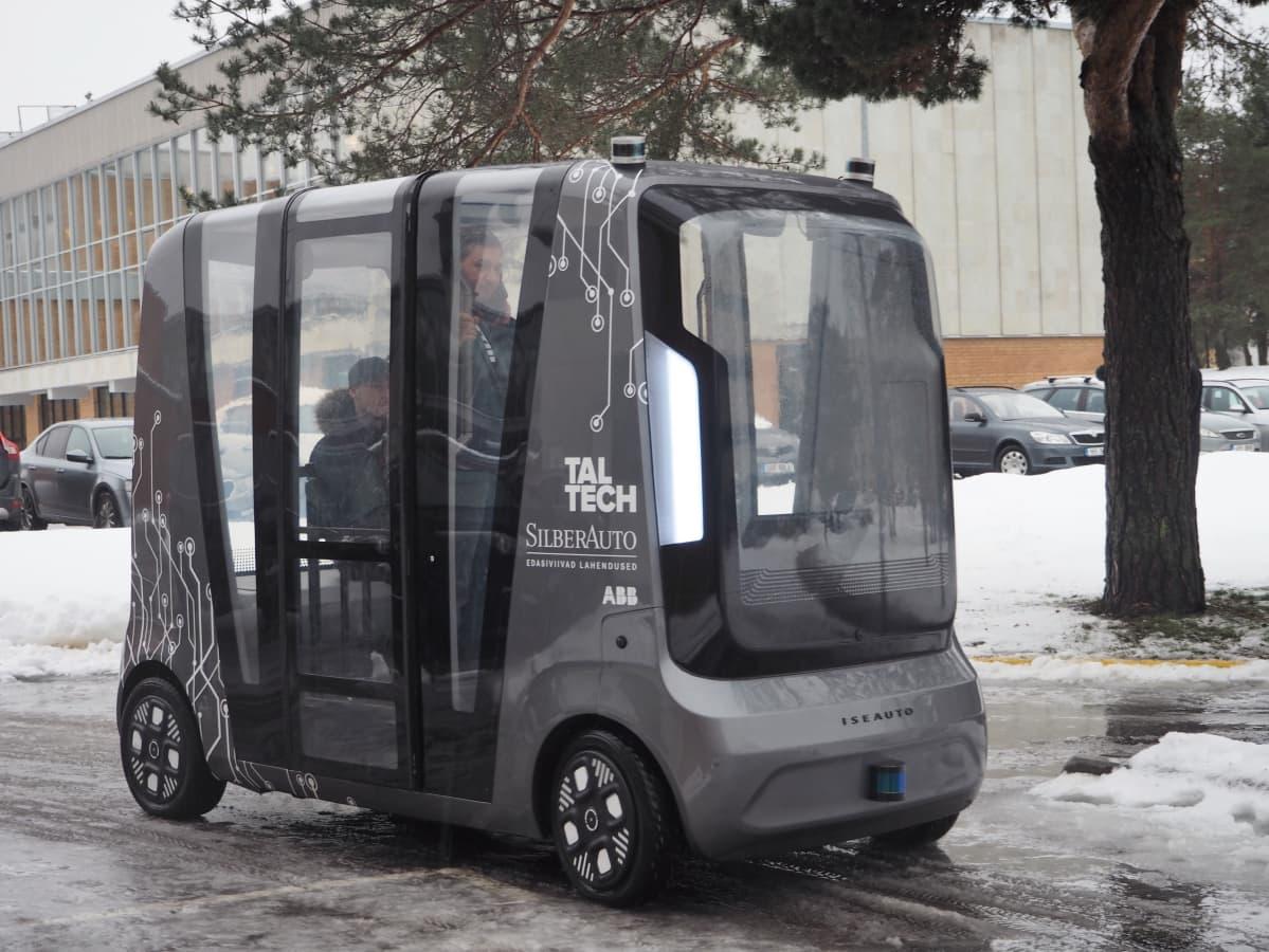 Itseohjautuva minibussi on ohjelmoitu pysähtymään liikennevaloissa, välttämään esteitä ja tunnistamaan liikennemerkit.