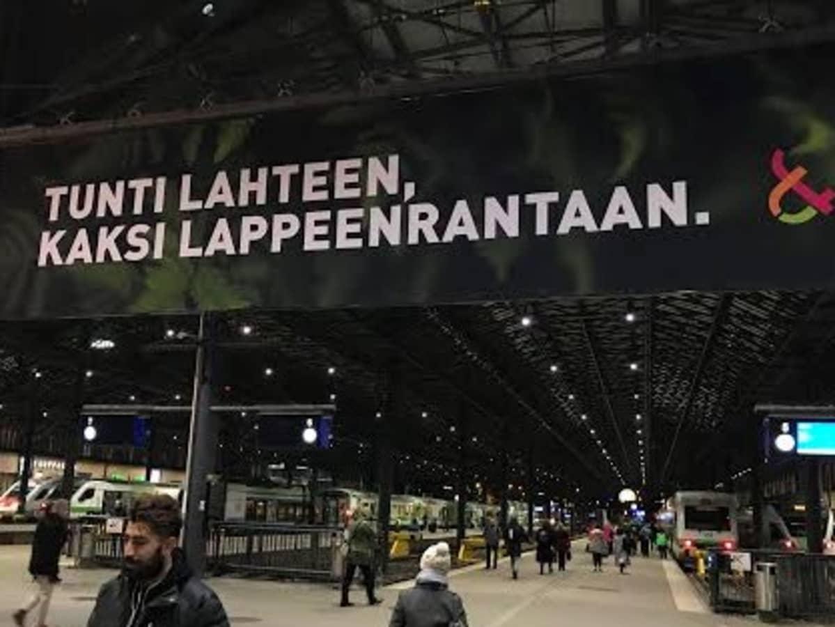 LUT-yliopiston mainos Helsingin rautatieasemalla