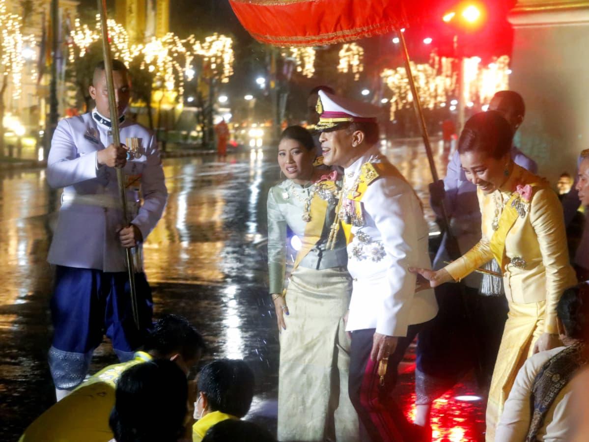 Kuningas Maha Vajiralongkorn Bodindradebayavarangkun, kuningatar Suthida ja prinsessa Sirivannavari Nariratana