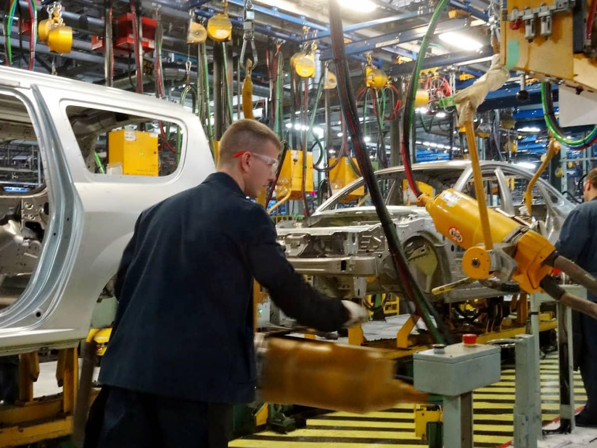 Mies työskentelee Ladan tehtaan tuotantolinjalla.
