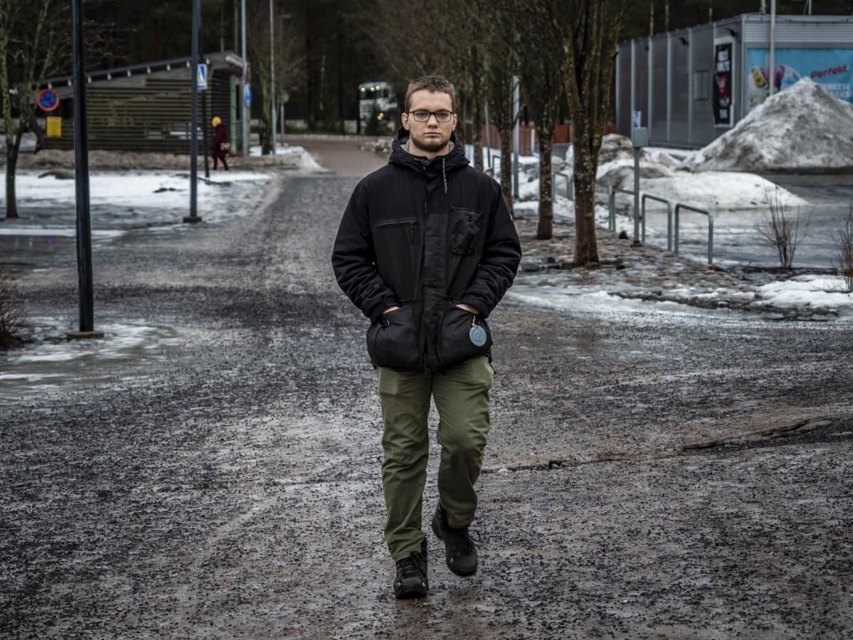 Oululainen Eelis Paukku kävelee