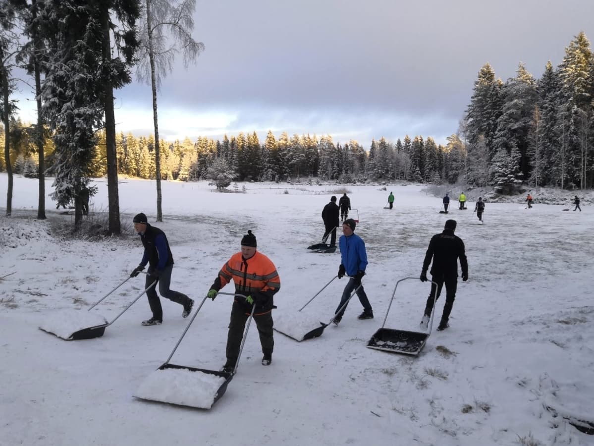 Vöyriläiset kolasivat satanutta lunta hiihtoladulle talkoovoimin.