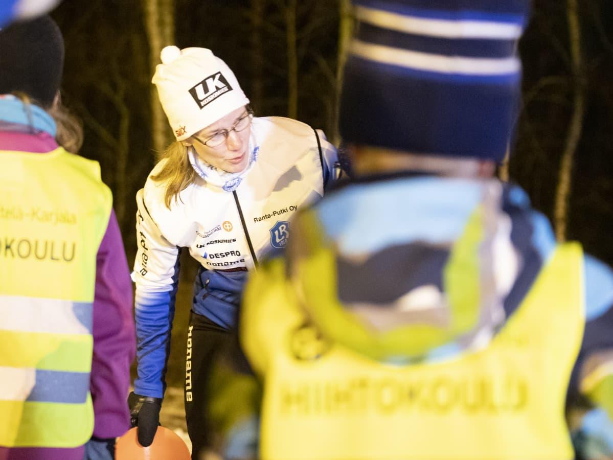 Johanna Turunen ohjaamassa lapsia hiihtokoulussa.