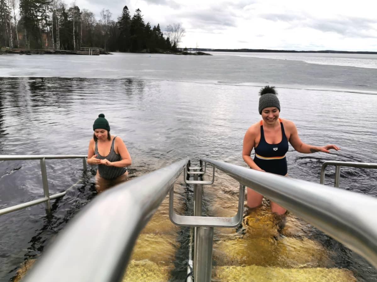 Emilia Haljala ja Jasmi Qvick tulevat avannosta Rauhaniemen kansankylpylässä